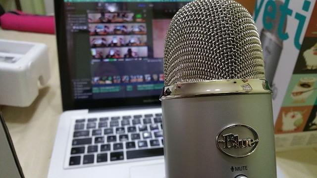 micrófono y laptop