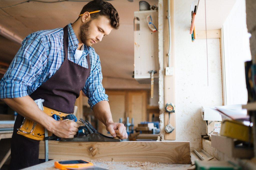 hombre haciendo carpinteria